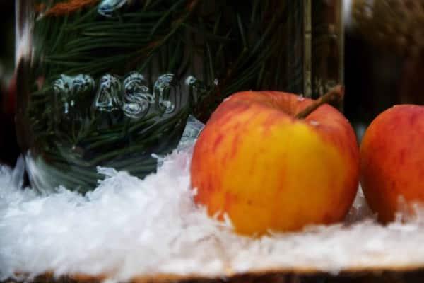 Apfel und Weihnachtsglas