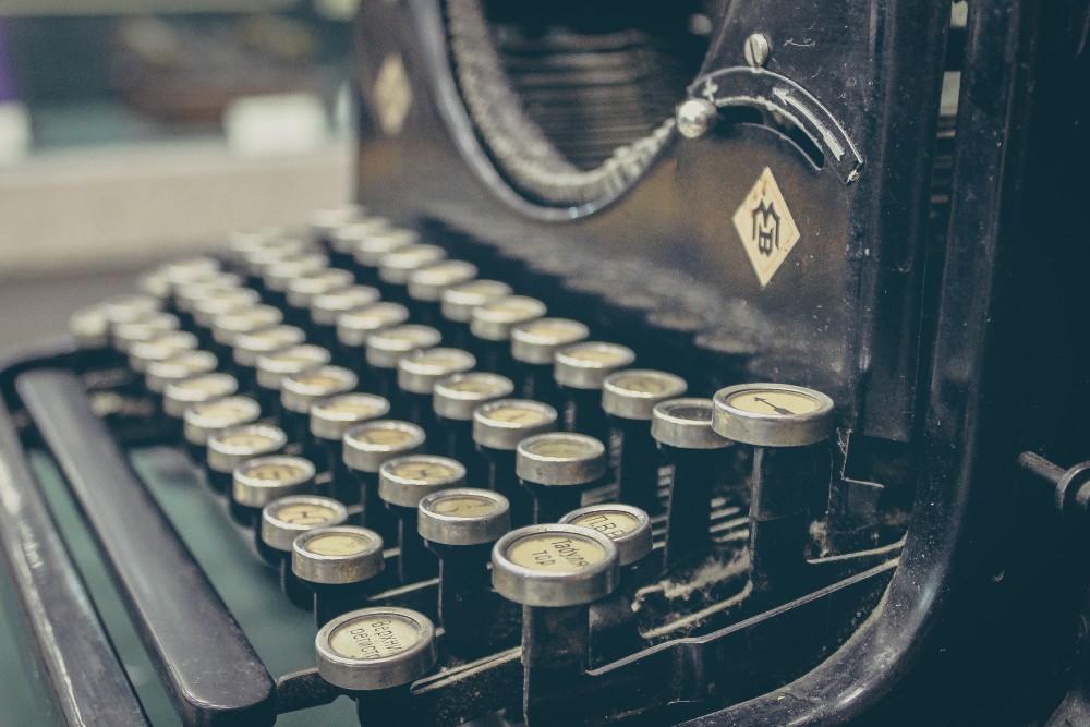 Kontakt JarJar - Schreibmaschine