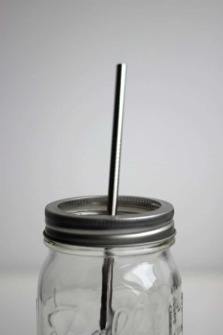 Strohhalm aus Edelstahl im Glas
