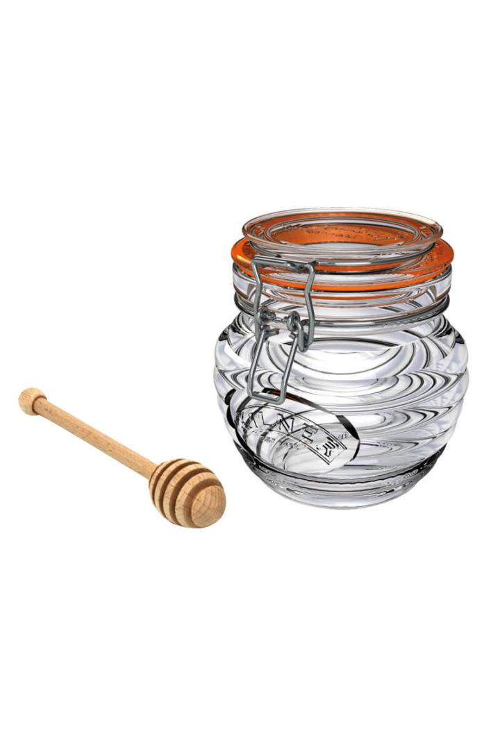 Honig Glas mit Honig Loeffel aus Holz