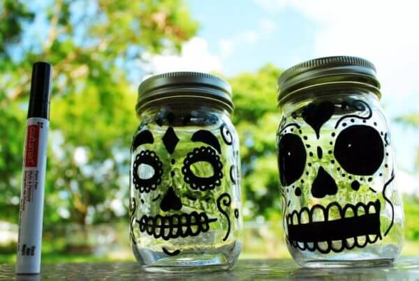 DIY Ball Mason Jar für Halloween mit Edding Stift bemahlt